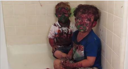 El padre de estos dos niños no puede contenter la risa al reñirlse cuando se los encuentra así.