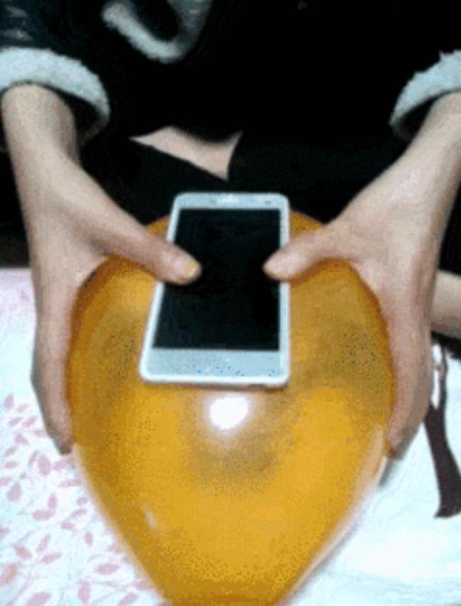 [Truco] Crea una funda para tu móvil con un simple globlo - 1
