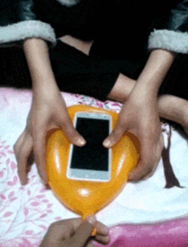 [Truco] Crea una funda para tu móvil con un simple globlo -2